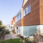 Espace respecté entre l'extension et le voisinage - Création d'une extension bois à Lipsheim pour accueillir une cuisine