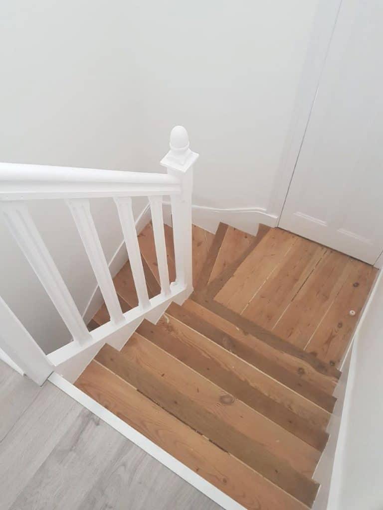Cage d'escalier rénovée ( moquette supprimée) - Rénovation d'un appartement dans le centre ville de Lorient
