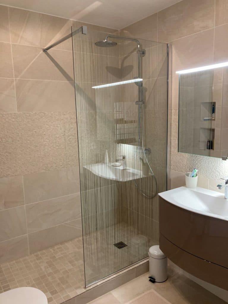 Vue d'ensemble de la salle de bains principale - Rénovation de deux salles de bain à Rueil-Malmaison
