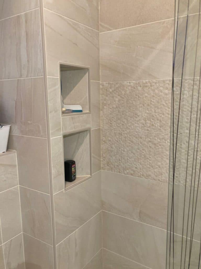 Deux niches crées dans la douche - Rénovation de deux salles de bain à Rueil-Malmaison