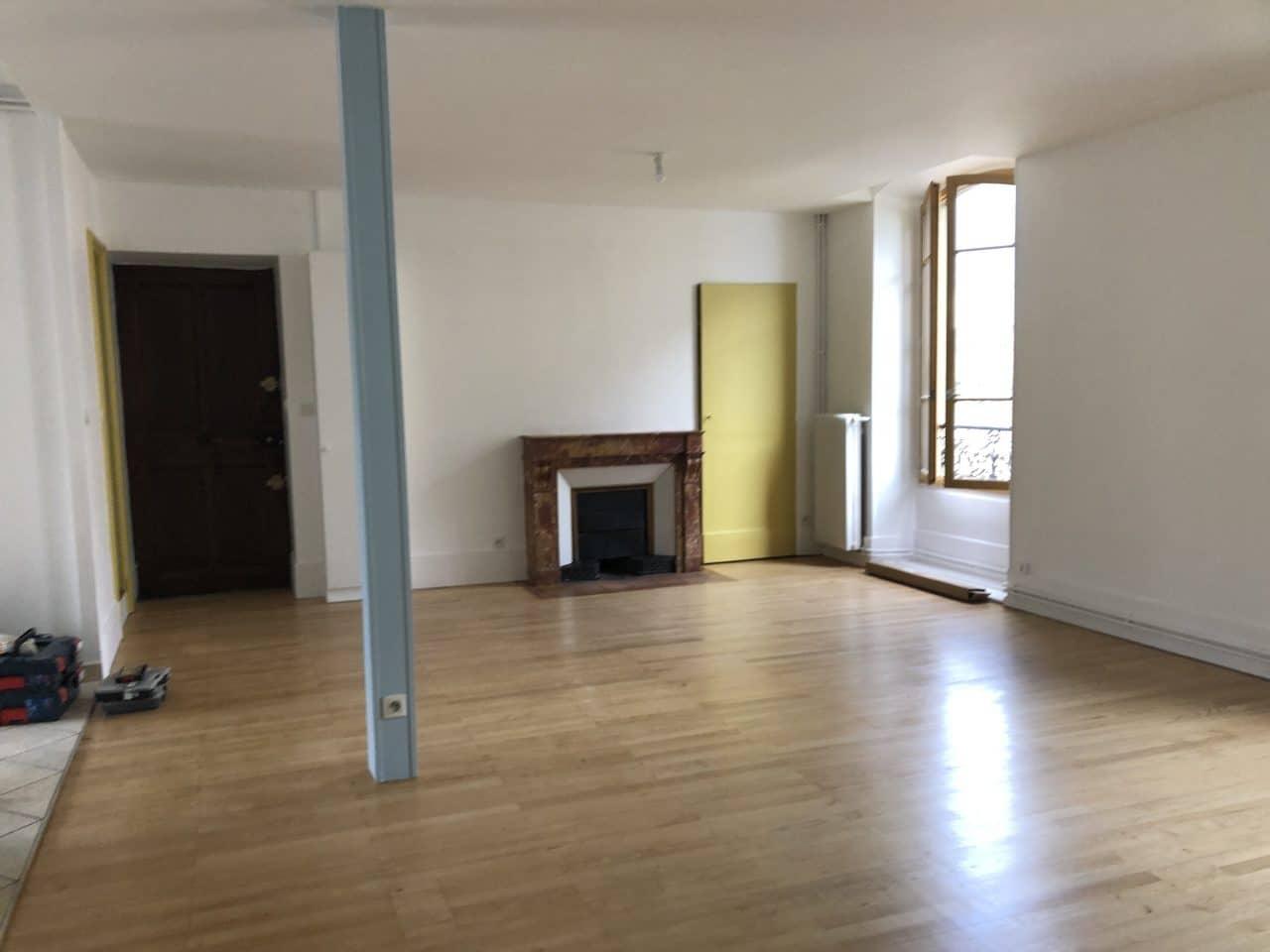 Porte couleur moutarde et parquet remis à neuf - rénovation d'un appartement à Grenoble