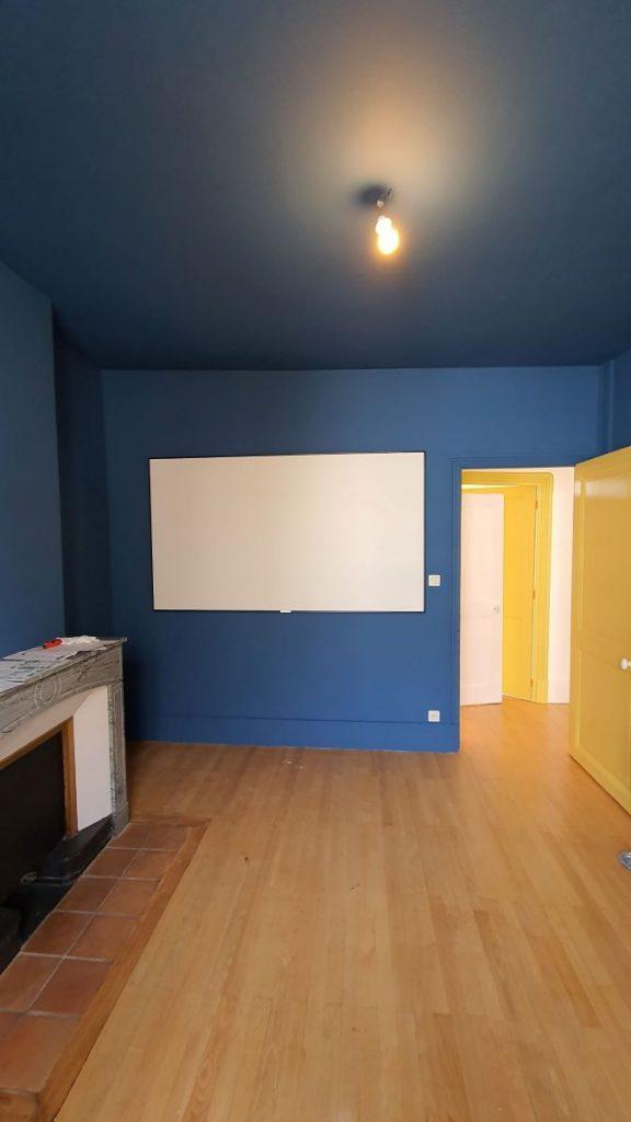 Future salle de projection avec peinture bleue nuit - rénovation d'un appartement à Grenoble