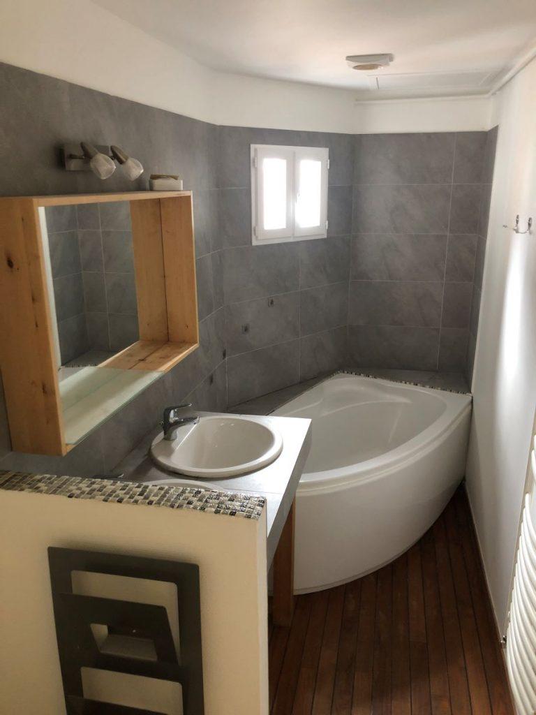 Murs remis à neuf dans la salle de bain - rénovation d'un appartement à Grenoble