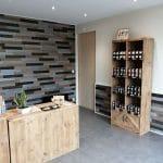 comptoir en bois et ambiance naturelle avec présentoir en bois également - rénovation d'un local professionnel près de Chartres