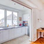 Nouvelle cuisine ouverte et aménagée - rénovation d'une maison à Strasbourg en deux appartements
