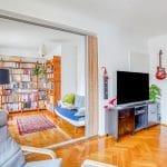 Au rez-de-chaussée : chambre s'ouvrant complètement sur le salon - rénovation d'une maison à Strasbourg en deux appartements