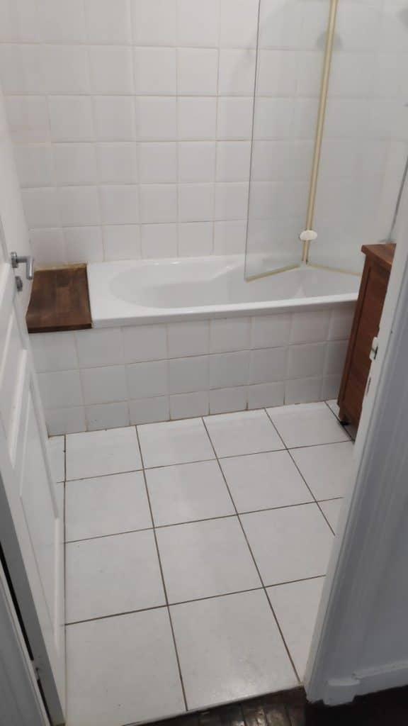 Salle de bain avec baignoire avant travaux - rénovation partielle d'un appartement à Brest