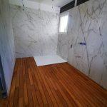 Salle de bain avec murs en marbre - Rénovation d'une maison à Saint Sulpice et Cameyrac (33)