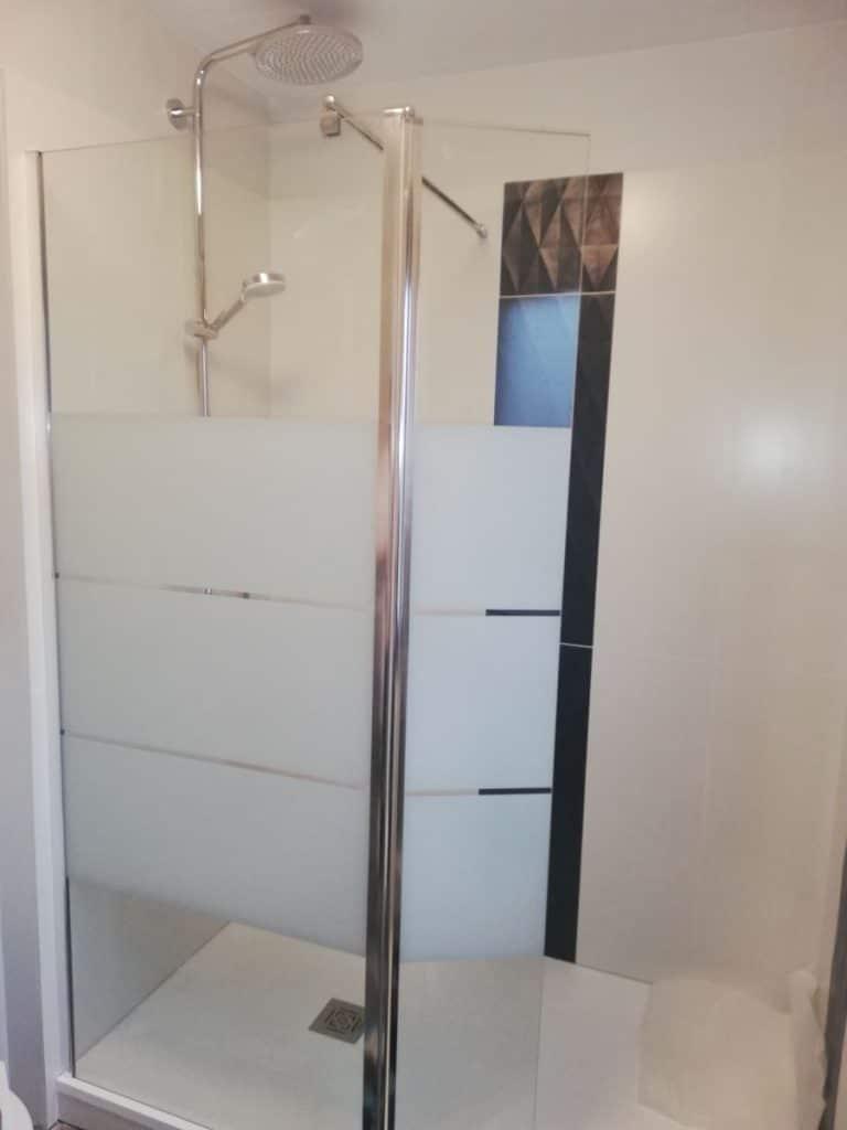 Nouvelle douche à la place de la baignoire - rénovation de salle de bain à La Rochelle
