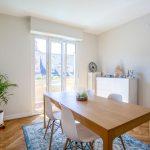 Salle à manger baignée de lumière naturelle - Rénovation d'un appartement dans l'hypercentre de Strasbourg