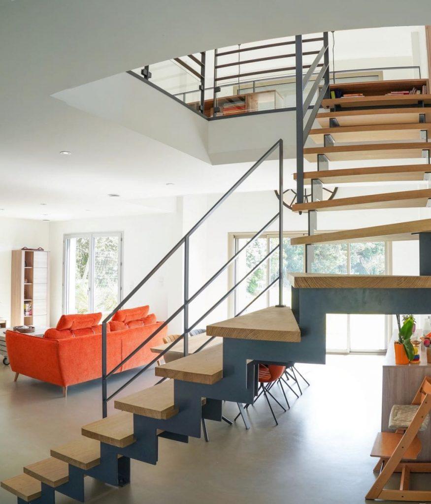 Escalier sur mesure avec marches en chêne massif - rénovation complète d'une maison à Thouars