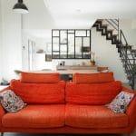 Salon avec vue sur verrière et escalier design - rénovation complète d'une maison à Thouars