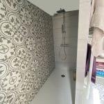 Zoom sur la douche à l'italienne avec faïence rétro - rénovation d'une salle de bain à Estrée Blanche près de Saint Omer