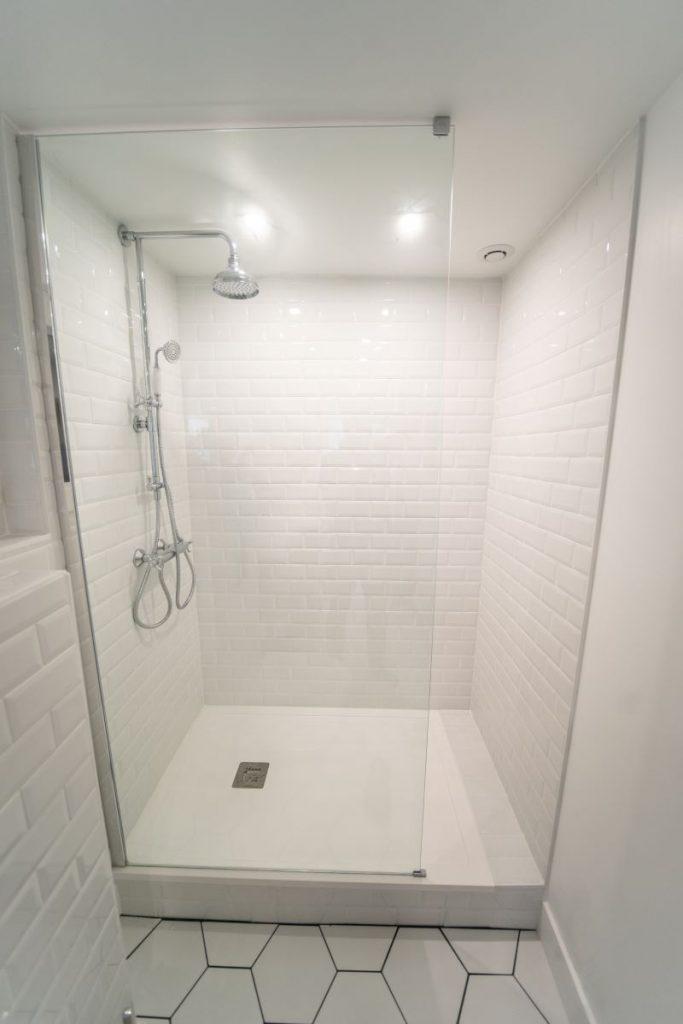 Douche spacieuse - Rénovation d'une salle de bain à Montpellier