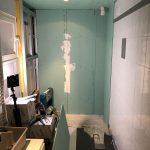 Pose des plaques hydro - Rénovation d'une salle de bain à Montpellier