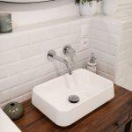 Evier rétro et carrelage Metro blanc - Rénovation d'une salle de bain à Montpellier