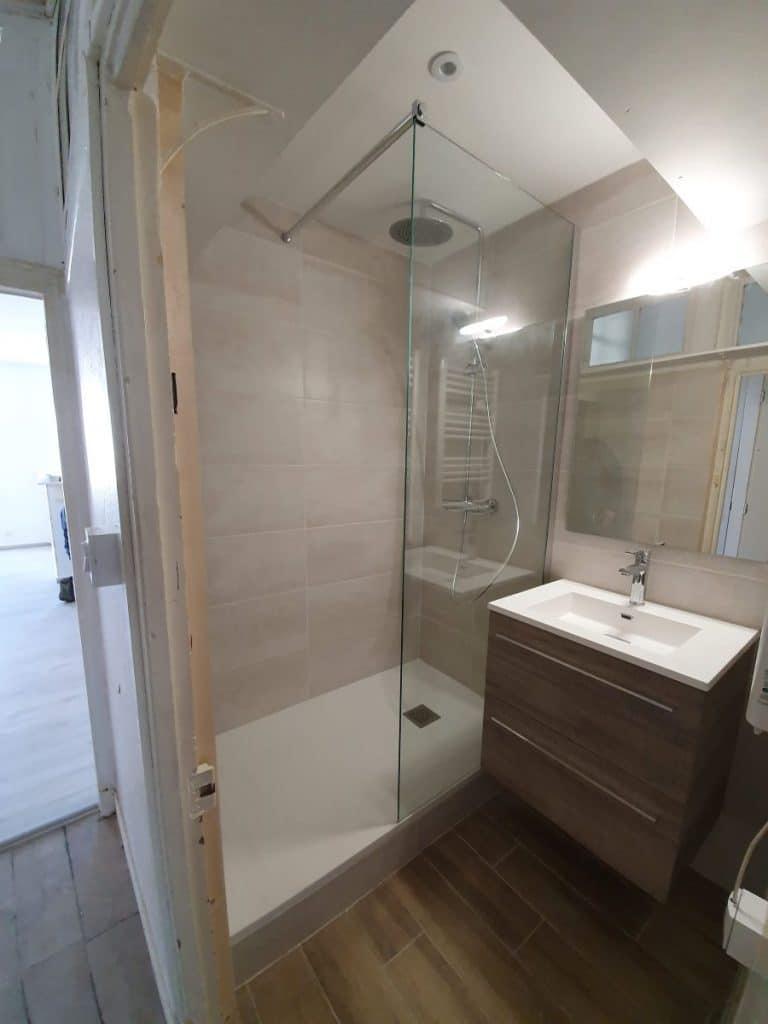 Salle de bain rénovée - Rénovation d'un studio à Ruffec par illiCO travaux