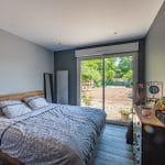 Chambre avec vue sur le jardin - extension de maison à Thorigny de 50 m2