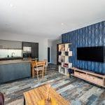 Salon avec parquet au sol et papier peint panoramique - extension de maison à Thorigny de 50 m2