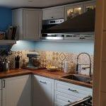 Cuisine rénovée avec plan de travail en bois - Rénovation de maison à Saulzet-le-Froid dans le département du Puy-de-Dôme