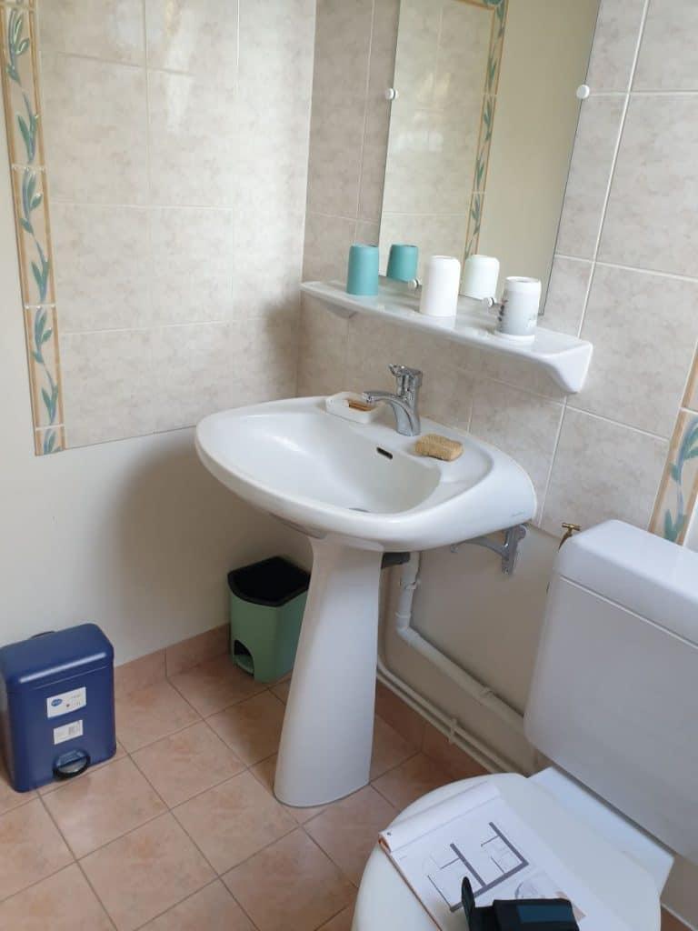 WC avant transformation en salle d'eau - rénovation partielle d'une maison à Langé