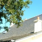 Remplacement des gouttières en zinc, des tubes de descente en zinc, et des bandes de rives en zinc - rénovation de toiture sur l'île de Groix