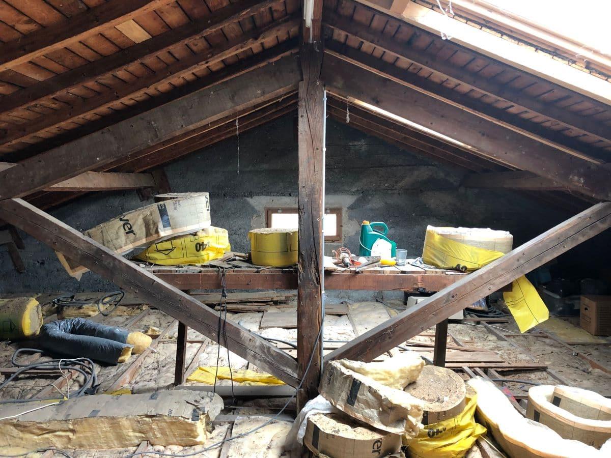 Combles avant travaux - rénovation d'une maison à Décines-Charpieu, près de Lyon