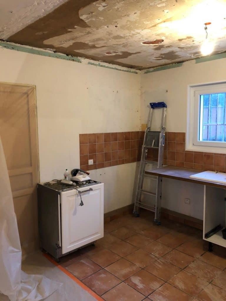 Cuisine avant travaux - rénovation d'une maison à Décines-Charpieu, près de Lyon