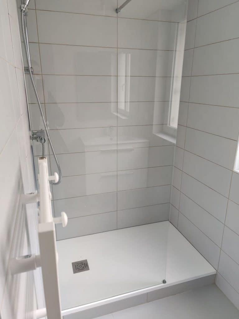 Nouvelle douche dans la salle de bain rénovée - Rénovation complète d'un appartement à Brest