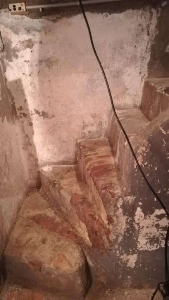 Escalier avant travaux - rénovation d'une cave à Tourcoing