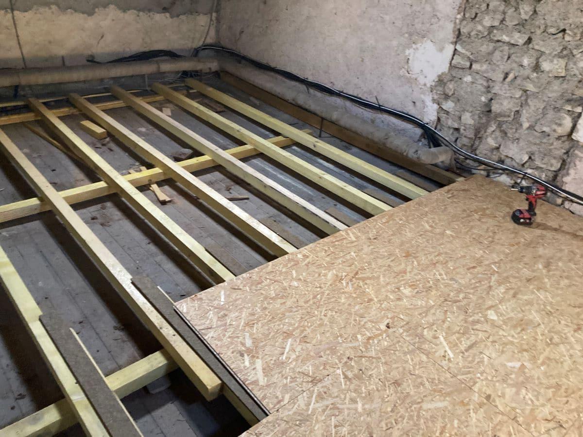 Pose d'un plancher - Rénovation partielle d'une maison à Trouy Bourg, près de Bourges (18)