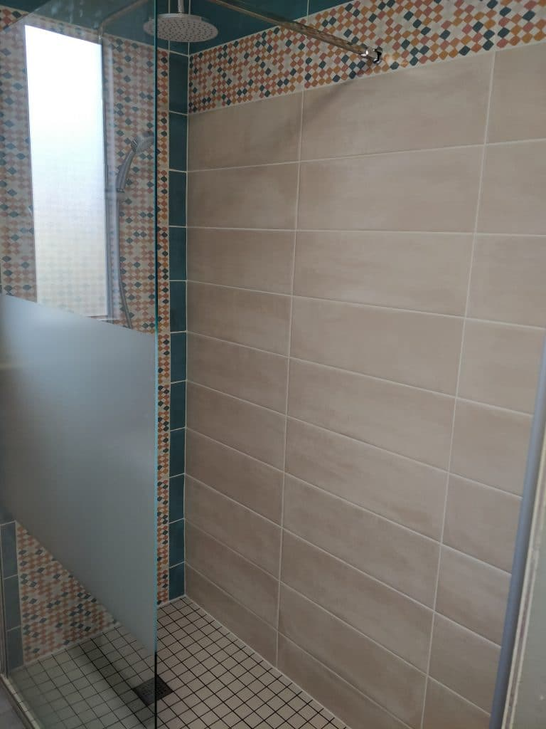 Nouvelle faïence et douche à l'italienne - rénovation d'une salle de bain à Chirens