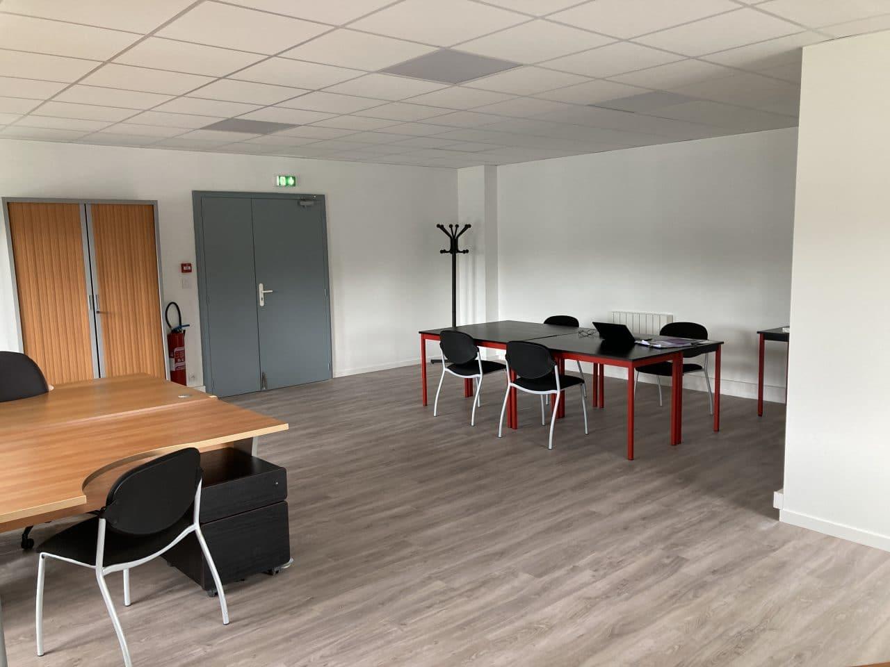 Création d'un espace bureau open space à Carentoir - espace avec bureaux de travail