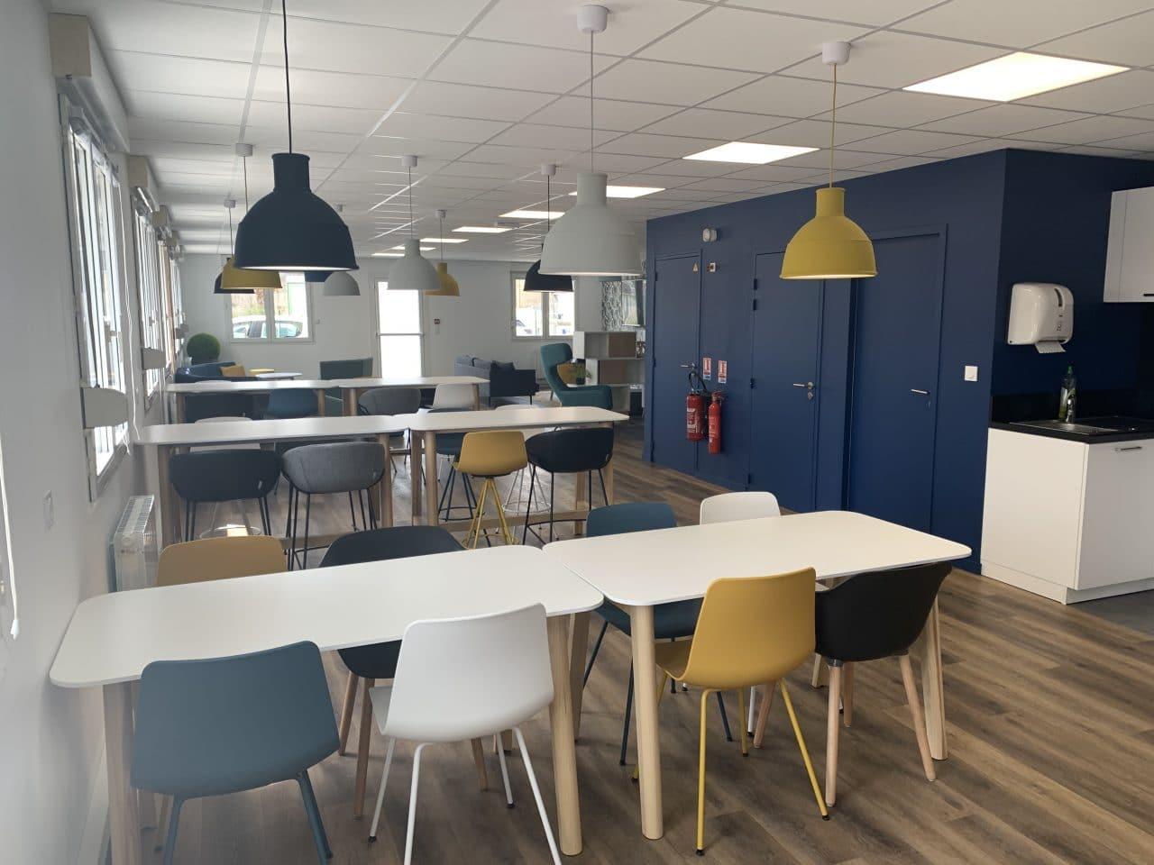 création d'une salle de pause à Carentoir - tables de pause