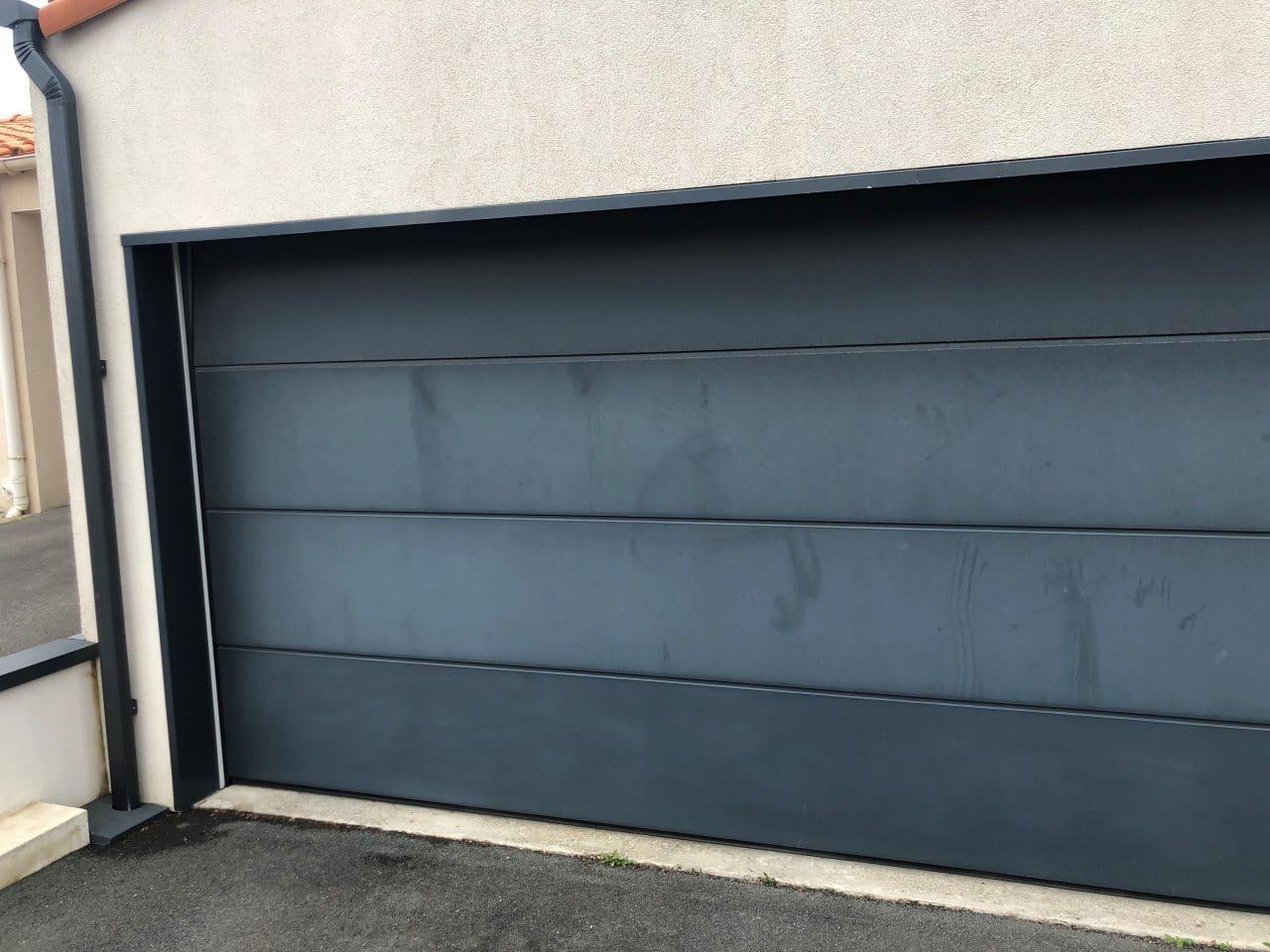 rénovation porte de garage La Roche-sur-Yon - porte peinte en noire