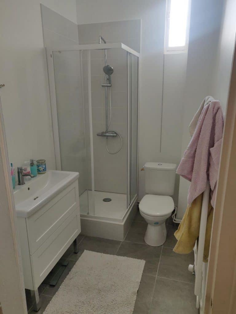 Salle de bain rénovée à Saint Etienne suite à un dégât des eaux