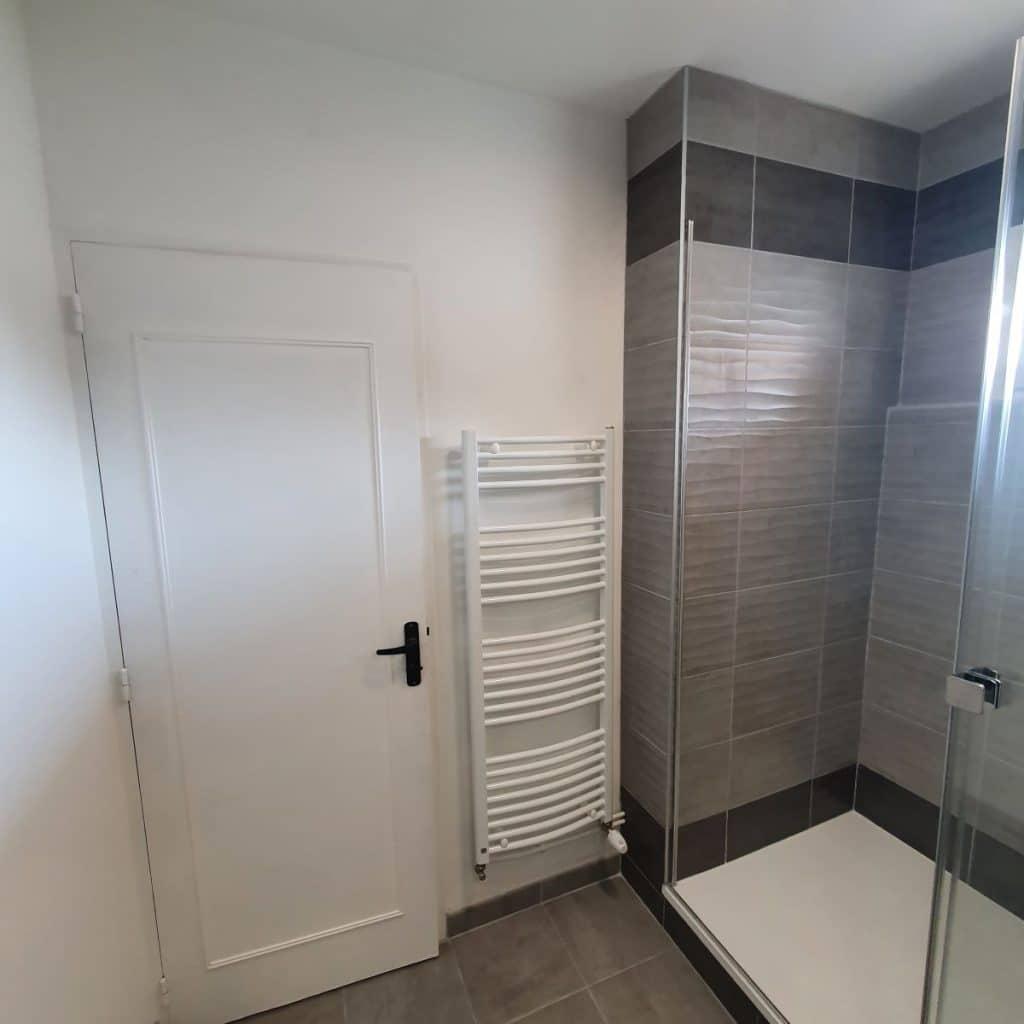 Douche spacieuse et sèche serviette- Rénovation d'une salle de bain à Bourges par illiCO travaux